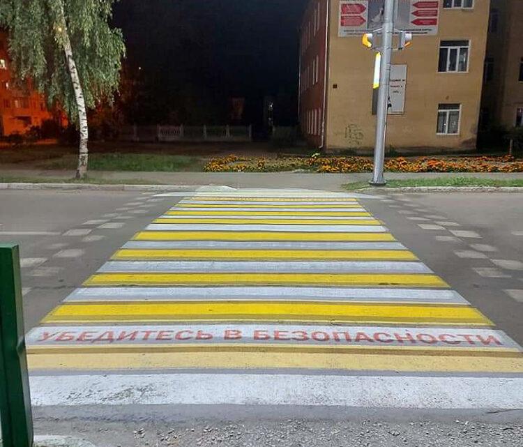 У городской поликлиники появилась умная «зебра» – проекционный пешеходный переход.