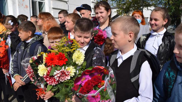В Покровск-Уральском и Баяновке прошли торжественные линейки