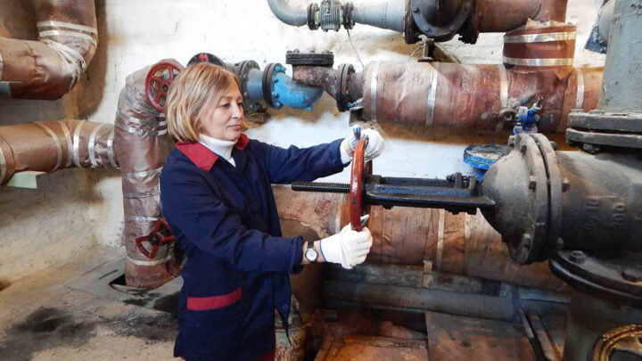 13 сентября работники энергоцеха МУП «Комэнергоресурс» подали тепло в жилые дома