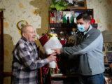 Леонида Хариенко поздравляет директор по персоналу СУБРа Константин Малахов.